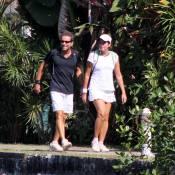 Malu Mader e Tony Bellotto caminham juntos em dia de sol no Rio de Janeiro