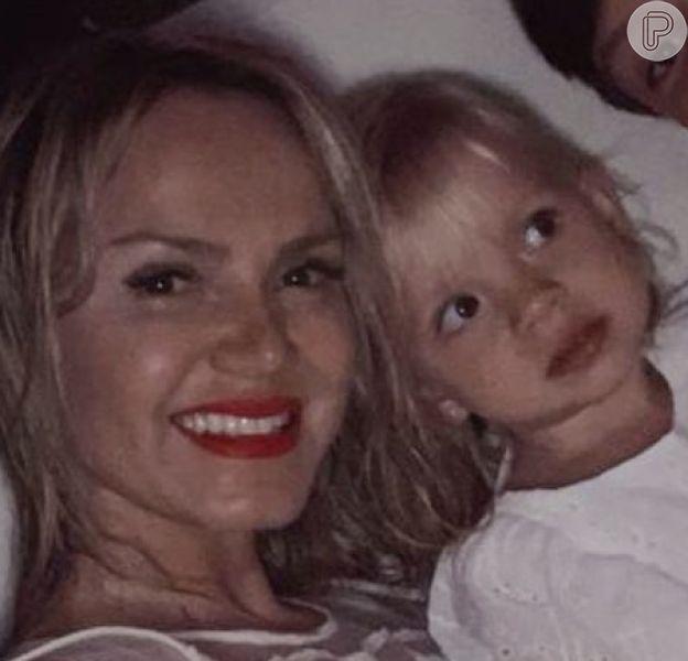 Eliana mostrou a filha, Manuela, de 2 anos, borrada de batom em vídeo: 'Estou bonita!'