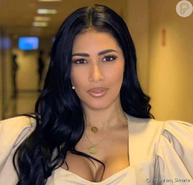 A cantora Simaria apostou em um look nude para a malhação em família, filmada por ela no Instagram Stories nesta quarta-feira, dia 01 de abril de 2020