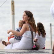 Cláudia Abreu aproveita fim de tarde na praia com as filhas