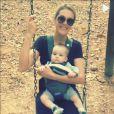 Ana Hickmann sentou em um balanço com seu filho, que curtiu pela primeira vez o brinquedo
