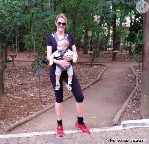 Ana Hickmann levou seu filho, Alexandre Jr., para passear no parque neste domingo, 26 de outubro de 2014
