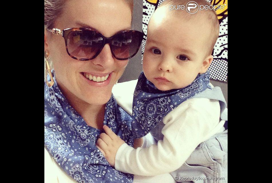 Ana Hickmann e Alexandre Jr. foram clicados usando bandanas iguais no pescoço