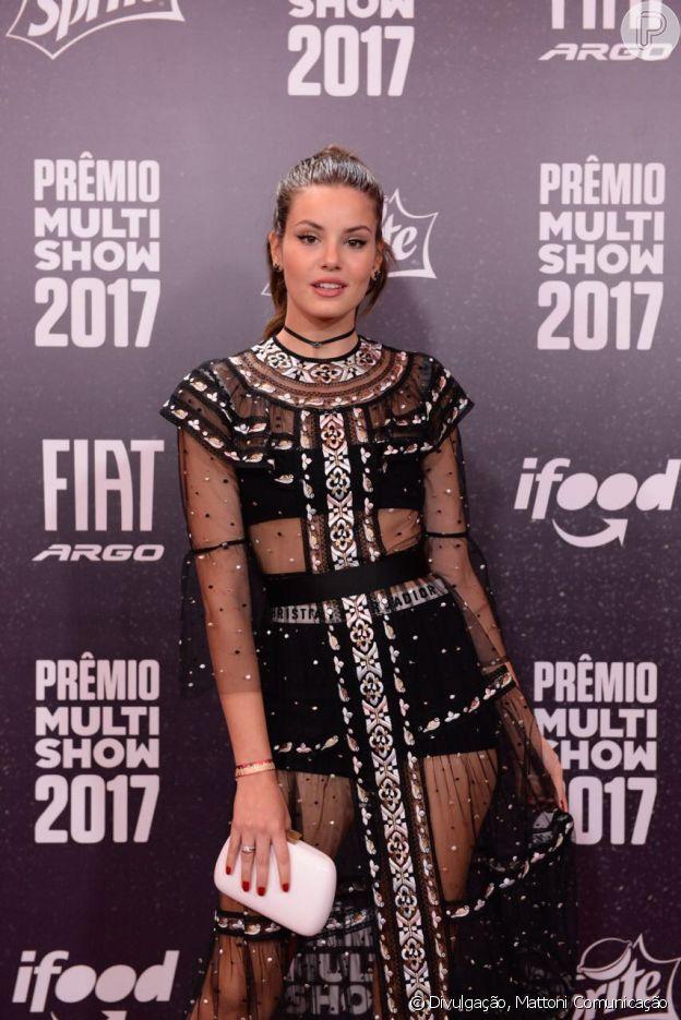 Camila Queiroz não tem receio de mostrar lingerie em look