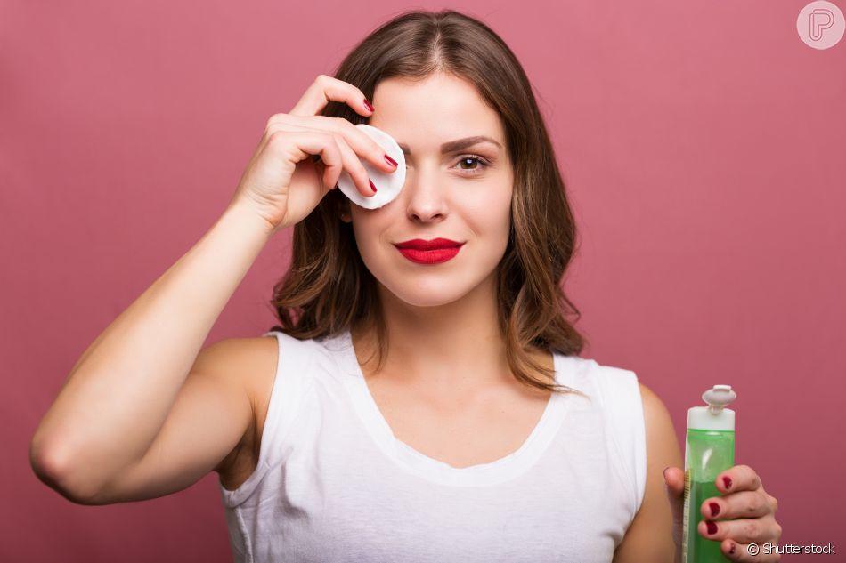 Use um demaquilante bifásico para tirar o excesso da maquiagem
