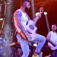 Gusttavo Lima mostrou que, além de cantar, manda bem tocando instrumentos