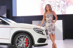 Claudia Leitte usa vestido preto e branco em apresentação de carro de luxo em SP