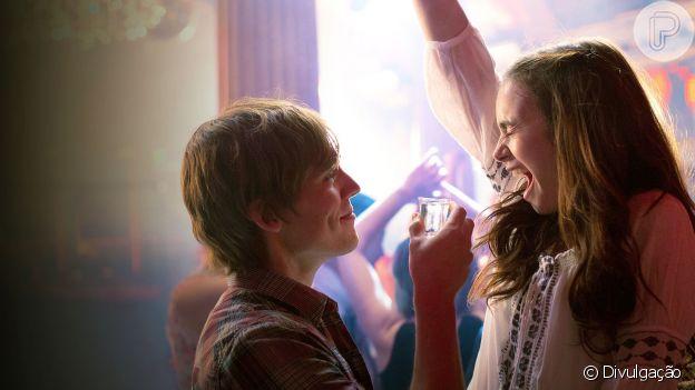 No filme Simplesmente Acontece, a amizade de Alex e Rosie se tranforma ao longo dos anos