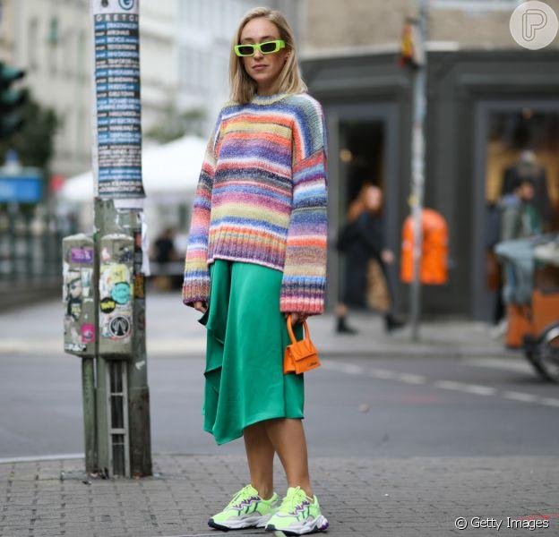 Aposte na saia mídi e no casaco para uma combinação fashion e cheia de estilo