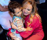 Eliana leva filho, Arthur, de 3 anos na coletiva de imprensa do 'Teleton'