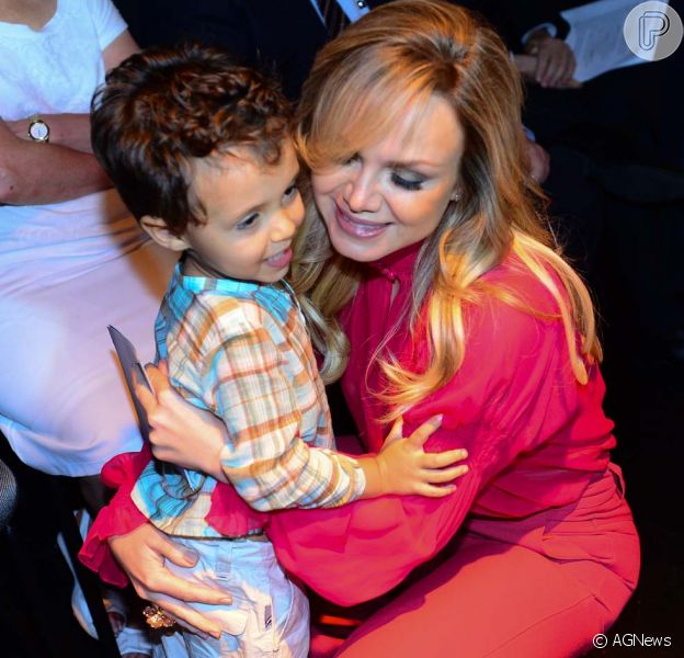Eliana foi com o filho, Arthur, na coletiva de imprensa do 'Teleton' nesta quarta-feira, 29 de outubro de 2014