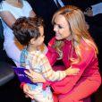 Eliana foi com o filho, Arthur, na coletiva de imprensa do 'Teleton'