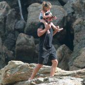 Bruno Gissoni e Yanna Lavigne se divertem com filha, Madalena, em praia do Rio
