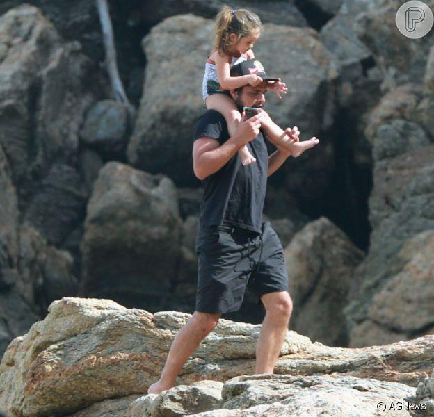 Bruno Gissoni e Yanna Lavigne levam filha, Madalena, à Praia da Joatinga, na Zona Oeste do Rio de Janeiro, nesta quinta-feira, 25 de junho de 2020