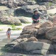 Filha de Bruno Gissoni e Yanna Lavigne  se divertiu ao brincar na areia