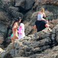 Bruno Gissoni e Yanna Lavigne aproveitaram dia de sol para levar filha para um passeio