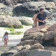 Família de Bruno Gissoni foi fotografada se divertindo na Praia de Joatinga