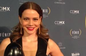 Leandra Leal recebe troféu por 'O Lobo Atrás da Porta' em premiação no México