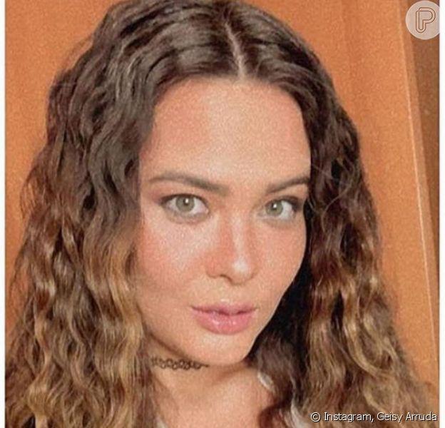 Geisy Arruda usa lingerie sensual e exibe cabelo frisado em foto