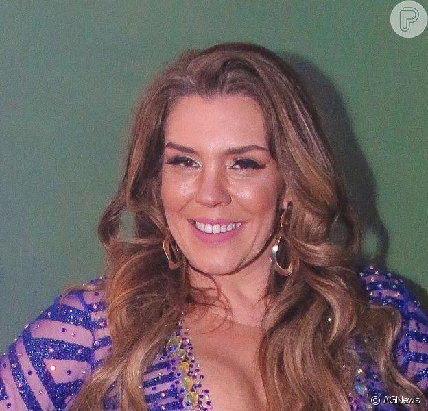 Simony deixou as pernas torneadas à mostra ao ser coroada rainha de bateria da Unidos do Peruche para o carnaval 2021