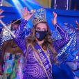 Simony foi saudada por integrantes da Unidos do Peruche ao receber a coroa de rainha de bateria
