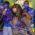Simony mostrou samba no pé ao ser coroada rainha de bateria da Unidos do Peruche