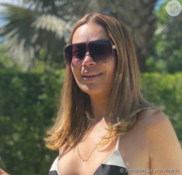 Solange Almeida, de biquíni, aproveitou para renovar o bronzeado em dia de sol neste domingo, 9 de agosto de 2020