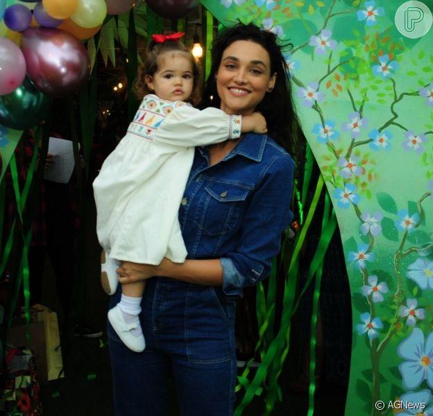 Débora Nascimento evita exposição excessiva da filha na internet