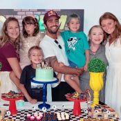 Luana Piovani faz festa para filhos gêmeos e posa com Pedro Scooby e mulher
