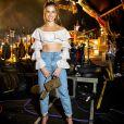 Andressa Suita combina mom jeans com top cropped de babados