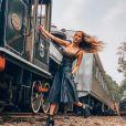 Mulher de Sorocaba, Biah Rodrigues posa em trem com look de live