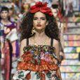 A Dolce & Gabbana se mantém fiel à essência, com babados, sensualidade e muita cor