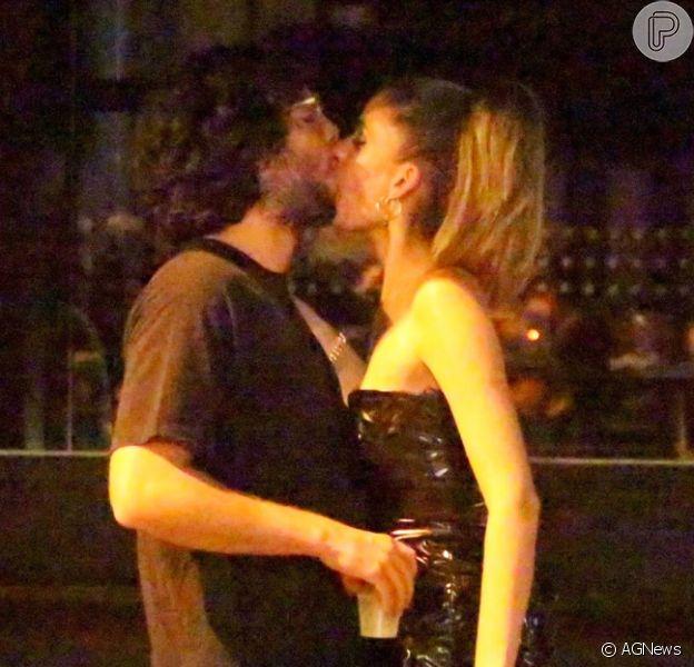 Laura Fernandez, ex-nora de Preta Gil, é flagrada aos beijos com suposto novo affair