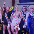 Jane Di Castro ao lado de Gabrielly Godin, Walério Araujo, Livia Andrade, Beto Pacheco e Livia Andrade no Baile Glam Gay em fevereiro de 2020