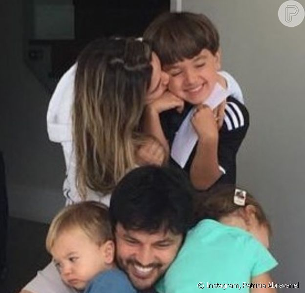 Patricia Abravanel reuniu marido, Fabio Faria, e os três filhos, Pedro, Jane e Senor em foto: 'Chamego'