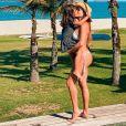 Deborah Secco  mostra corpo definido em foto de biquíni com a filha