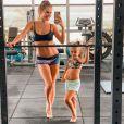 Deborah Secco  mantém corpo em forma com treinos na academia