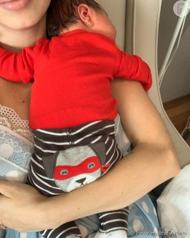 Filho de Sthefany Brito usa look divertido em foto com atriz