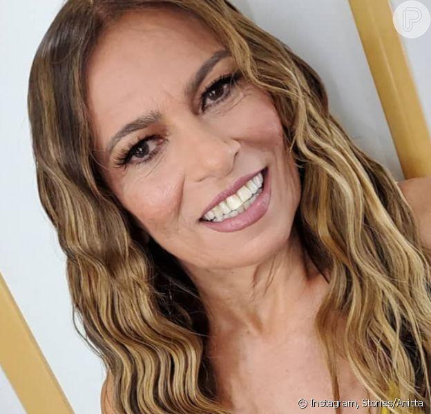 Anitta destaca beleza da mãe em foto nos bastidores de clipe: 'Toda produzida'