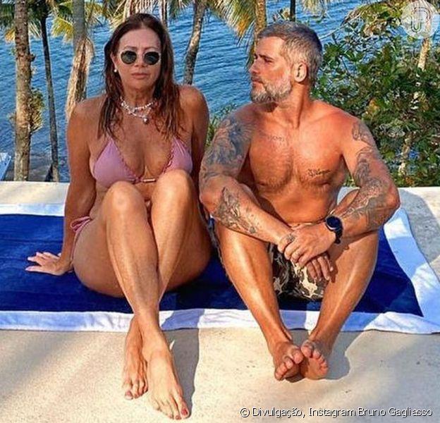 Bruno Gagliasso parabenizou a mãe de Giovanna Ewbank pelo aniversário e a beleza de  Deborah Ewbank roubou a cena