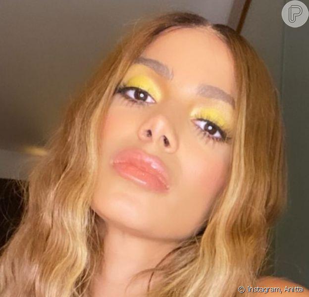 Anitta usa cabelo frisado e make bronze