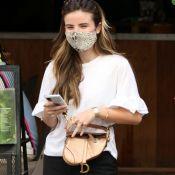 Giulia Be combina sandália de pelúcia com bolsa metalizada de R$ 14 mil em passeio. Fotos!