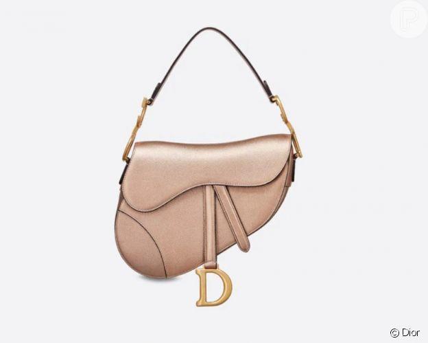 Giulia Be usa mini bolsa Dior metalizada de R$ 14 mil em passeio