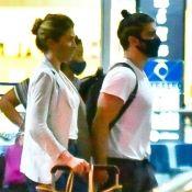 Caio Castro, de mãos dadas com Grazi Massafera, exibe novo visual em aeroporto. Fotos!
