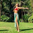 Isis Valverde fortalece o braço com yoga