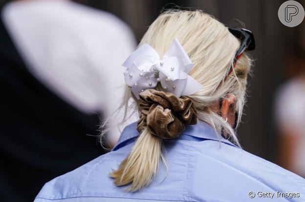 Combine laços com scrunchie como penteado no verão