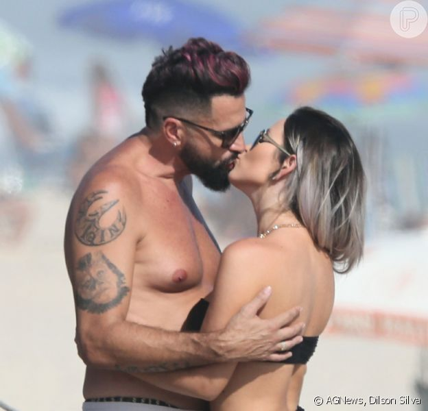 Latino e a noiva, Rafaella Ribeiro, trocaram beijos em dia na praia nesta sexta-feira, 4 de dezembro de 2020
