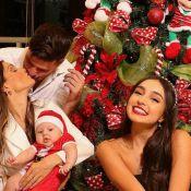 Flávia Viana reúne marido e filhos em fotos de Natal e detalhe no rosto do bebê chama atenção