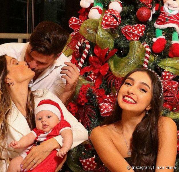 Filho de Flávia Viana e Marcelo Zangrandi, Gabriel, de 2 meses, encantou os seguidores a mãe ao surgir vestido de Papai Noel