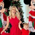 Karina Bacchi entra no clima de Natal e posta foto com filho, Enrico